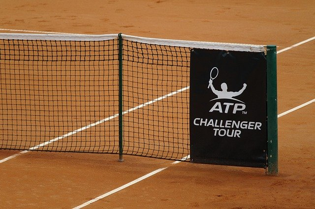 tennis net with stick for singles match